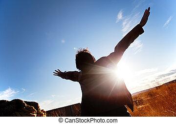 silueta, de, niño, con, brazos abiertos, a, el, cielo