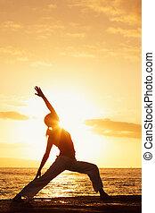 silueta, de, um, bonito, ioga, mulher, em, pôr do sol