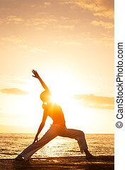 silueta, de, um, bonito, ioga, mulher