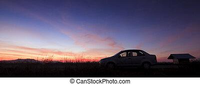 silueta, de, um, car, em, pôr do sol