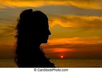 silueta, de, um, menina, em, pôr do sol