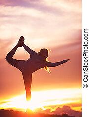 silueta, de, um, mulher bonita, prática, ioga, em, pôr do sol