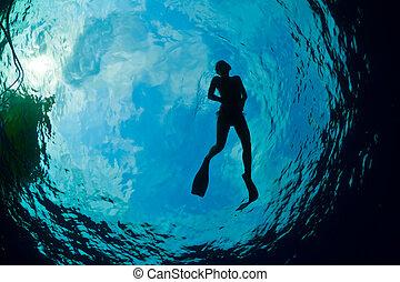 silueta, de, un, atractivo, hembra, snorkeler