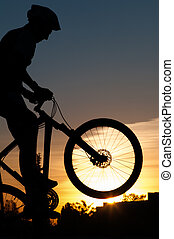silueta, de, un, ciclista, en, sunset.