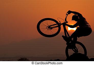 silueta, de, un, hombre, en, montaña-bici, ocaso