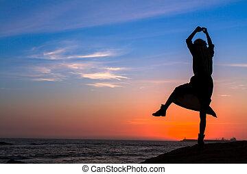 silueta, de, un, joven, diversión, mujer, en, el, mar, playa, en, asombroso, sunset.