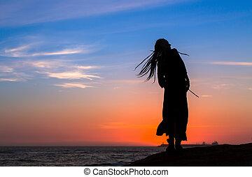 silueta, de, un, joven, diversión, mujer, en, el, mar, playa, en, sunset.