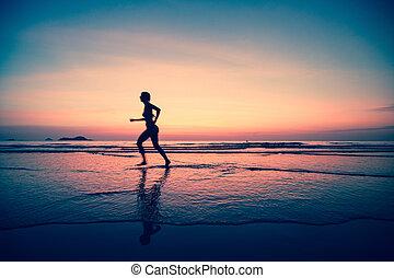 silueta, de, un, mujer, basculador, en la playa, en, ocaso, en, un, surreal, style.
