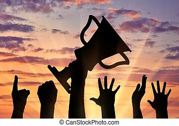 silueta, de, un, tenencia de la mano, el, campeonato, trofeo