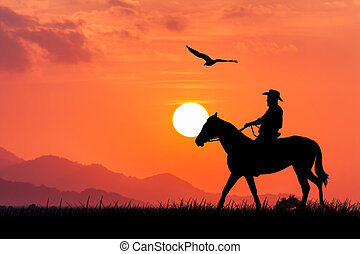 silueta, de, vaquero, sentado, en, el suyo, caballo, en, ocaso, plano de fondo