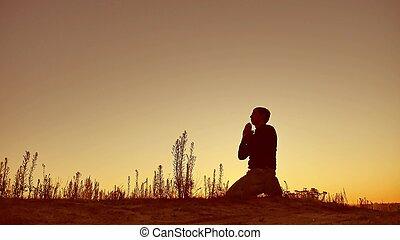silueta, ilustração, de, um, homem, orando, exterior, em,...