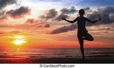 silueta, ioga, mulher, ligado, oceânicos, praia, em, magia, blood-crimson, sunset.