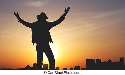 silueta, mochila, céu, contra, luminoso, pôr do sol, homem