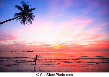 silueta, mujer joven, en, un, salto, en, el, mar, playa, en, ocaso, (concept, de, long-awaited, vacation)