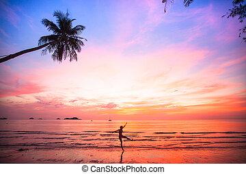 silueta, mujer joven, en, un, salto, en, el, mar, playa, en, sunset.