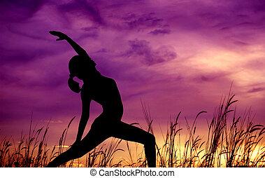 silueta, mulher, ioga, em, ao ar livre, park.