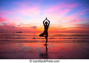 silueta, mulher, ioga, prática, em, a, litoral, em, sunset.