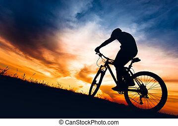 silueta, o, biker, sluha, jízdní, hromada čeho jezdit na kole, dále, vyvýšenina, v, západ slunce