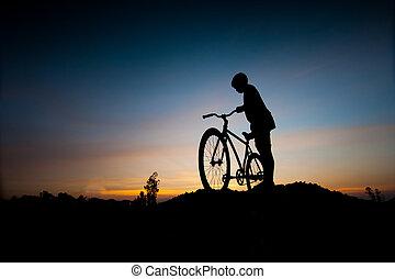 silueta, o, děti, a, jezdit na kole, v, západ slunce