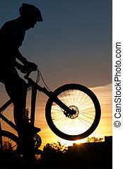 silueta, o, jeden, cyklista, v, sunset.