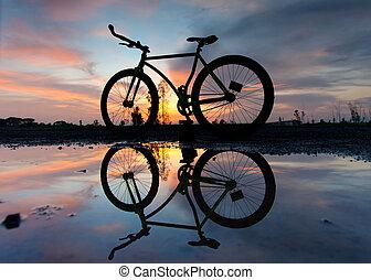 silueta, o, jeden, jezdit na kole, v, západ slunce