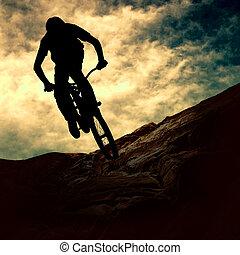 silueta, o, jeden, voják, dále, hromada- čeho jezdit na kole, západ slunce
