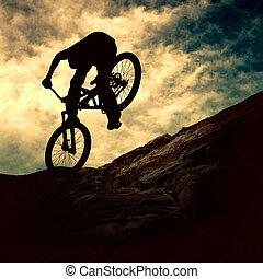 silueta, o, jeden, voják, dále, muontain-bike, západ slunce