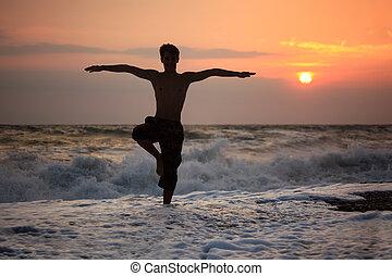 silueta, tipo, yoga, en, ocaso, ondulado, playa