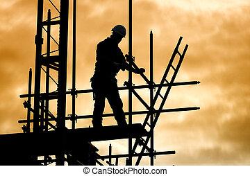 silueta, trabalhador construção, ligado, andaime, local...