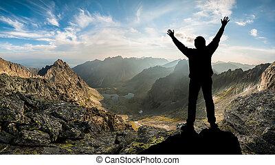 silueta, um, homem, borda, de, montanhas