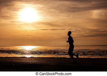 silueta, un, funcionamiento del hombre, en la playa, cuándo, el, sol, va, abajo
