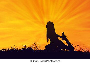 siluetas, mujer, elaboración, yoga, en, el, colina, plano de fondo, con, sol, set.