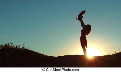 silute, закат солнца, sunlight., девушка, домашнее животное, маленький, playing, дружба, nature., стиль жизни, собака, человек, концепция, женщина, silhouette., lifts