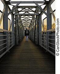 simetría, vista, de, puente peatonal, encima, pista ferroviaria, con, el, hombre caminar, en, sunset.