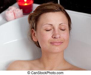 simpático, mujer se relajar, baño