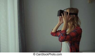 simulates, casque à écouteurs, femme, objets, présence, interagir, permet, haut, virtuel, regarder, environment., vr, utilisateur ordinateur, technologie, reality., physique
