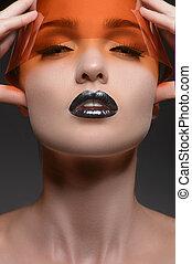 sinaasappel, vision., verticaal, van, mooie vrouwen, met, gesloten ogen, holdingshand, op, kin, terwijl, vrijstaand, op, grijze