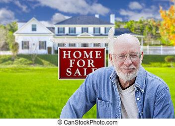 sinal bens imóveis, casa, adulto, frente, homem sênior