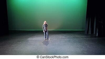 Singer singing on stage 4k - Male singer singing on stage 4k
