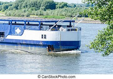 Single-tank boat on the Rhine