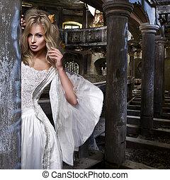 sinnlich, blond, frau, in, weisses kleid