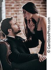 sinnlich, ehepaar., schöne , junge frau, in, cocktailkleid, lehnend, zu, sie, freund, sitzen stuhl, und, besitz, seine, hand, sie, kinn, während, anschauen einander, in, dachgeschoss, inneneinrichtung