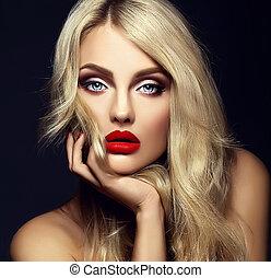 sinnlich, glanz, porträt, von, schöne , blond, frau, modell, dame, mit, hell, aufmachung, und, rote lippen, berühren, sie, gesicht, mit, gesunde, lockenkopf, auf, schwarzer hintergrund