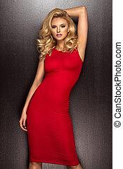 sinnlich, schöne , blond, frau, posierend, in, rotes , dress., m�dchen, mit, langer, lockig, hair.