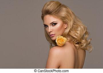 sinnlich, schöne , blond, frau, posierend, mit, flower., m�dchen, mit, langer, lockig, hair.