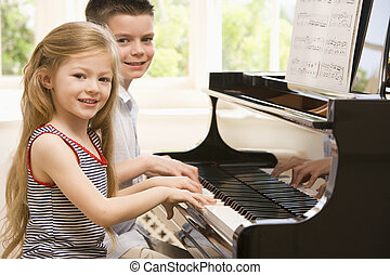siostra, grając piano, brat