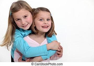 sisterly, embrasser