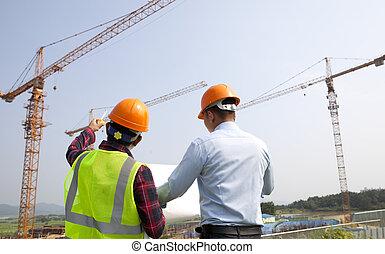 site, directeur, et, ouvrier construction, vérification, plans