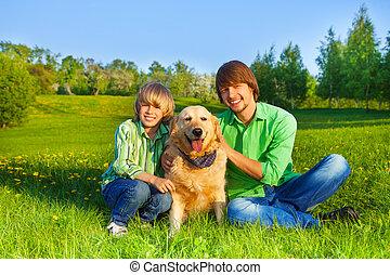 sitta, parkera, fader, hund, gräs, unge, lycklig
