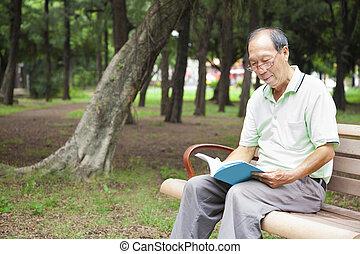 sittande, bänk, bok, man, senior, läsning, lycklig